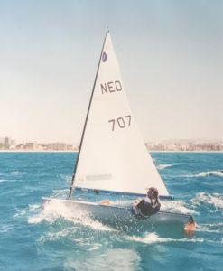 Sportieve zeilboot op helder blauw water